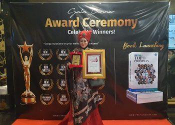 Lisda Hendrajoni anggota DPR RI Fraksi NasDem saat menerima dua penghargaan sekaligus dari pusat Rekor Indonesia yang berlangsung di Aston Priority Simatupang Hotel, pada Jum'at (28/8) malam. IST