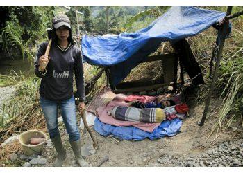 Rita (40), perempuan berstatus orang tua tunggal yang melakoni pekerjaan sebagai pemecah batu di aliran sungai kawasan Ulu Gadut, Kota Padang, Senin. Dari pekerjaannya, Rita mendapatkan uang Rp 45 ribu setiap dua hari. IRHAM