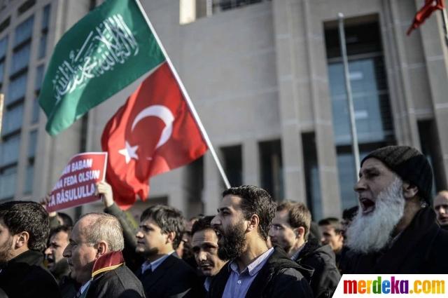 Sekitar 200 orang menggelar aksi protes di Istanbul, Turki pada Minggu (13/9/2020) memprotes penerbitan ulang kartun Nabi Muhammad oleh majalah Charlie Hebdo. IST