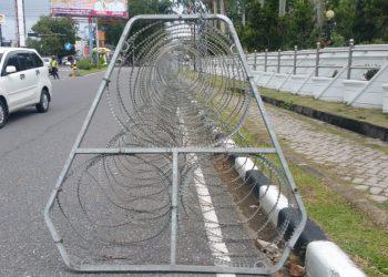 Kawat dipasang di sepanjang jalan di depan Gedung DPRD Sumbar yang menjadi pusat aksi demontrasi penolakan RUU Omnibus Law Rabu (7/10/2020). IRHAM