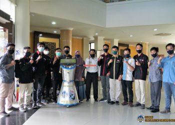 Tim Unit Kegiatan Robotika dan Otomasi Keluarga Mahasiswa Universitas Negeri Padang (UKRO KM UNP) menciptakan ROBANA (Robot Anti Corona). IST